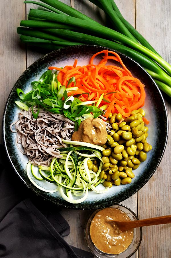Salade met noedels, courgette, wortel en edamame | Gewooneenfoodblog.nl