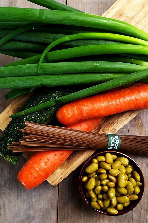 Ingrediënten noedelsalade met courgette, wortel en sojabonen | Gewooneenfoodblog.nl