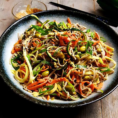 Noedelsalade met courgette, sojabonen en tahini