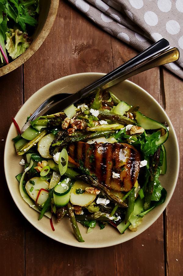 Groene aspergesalade met gegrilde peer, walnoten en feta } Gewoon een foodblog!