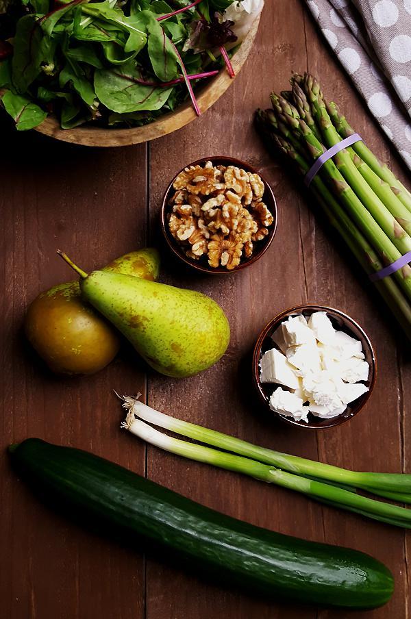 Ingrediënten groene aspergesalade met gegrilde peer, walnoten en feta | Gewooneenfoodblog.nl