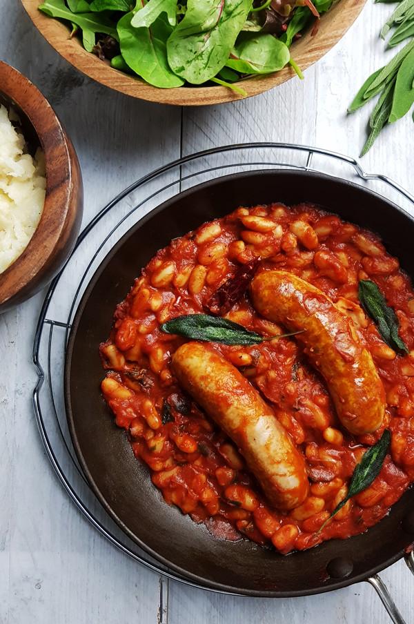 Worstjes met cannellini bonen, tomatensaus en salie | Gewoon een foodblog!