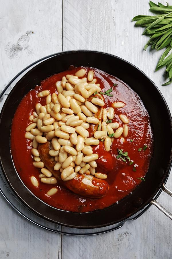 Worstjes met cannellini bonen en tomatensaus maken | Gewooneenfoodblog.nl