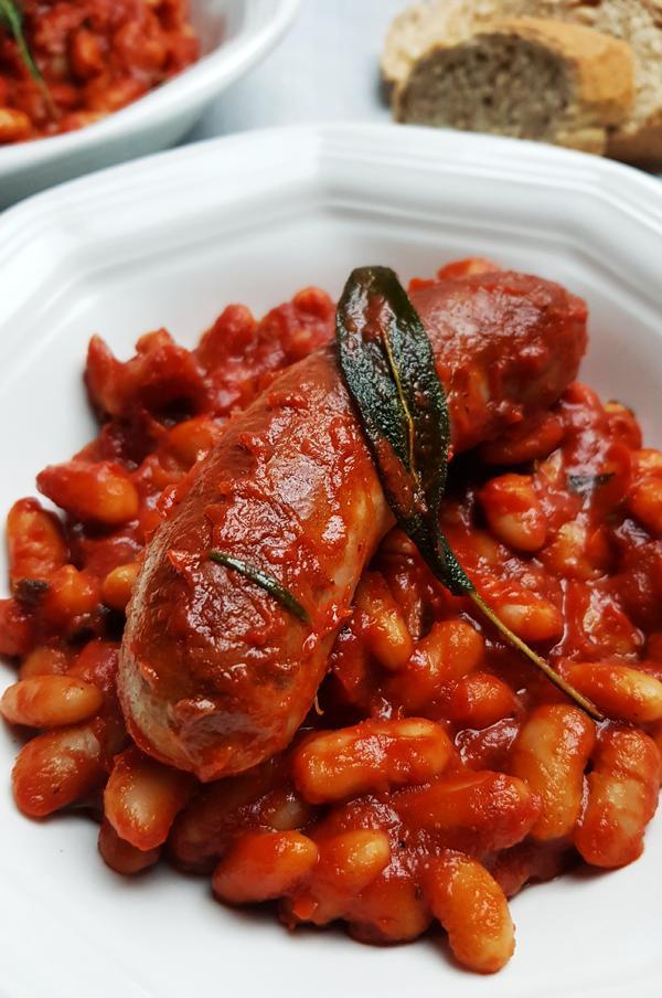 Worstjes met cannellini bonen, tomatensaus en salie | Gewooneenfoodblog.nl