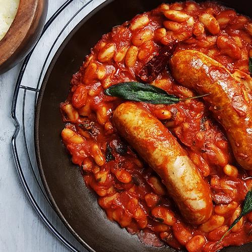 Worstjes met cannellini bonen, tomatensaus en salie (Salsiccia e Fagioli)