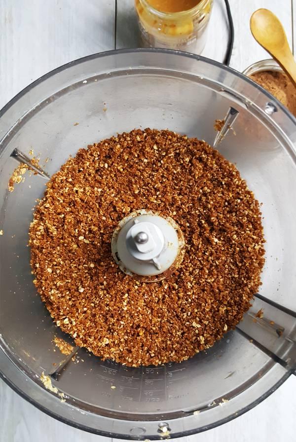 Kwarktaart bodem van havermout, dadels, cacao en pindakaas | Gewooneenfoodblog.nl