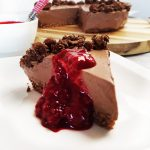 Pure chocolade kwarktaart met frambozensaus