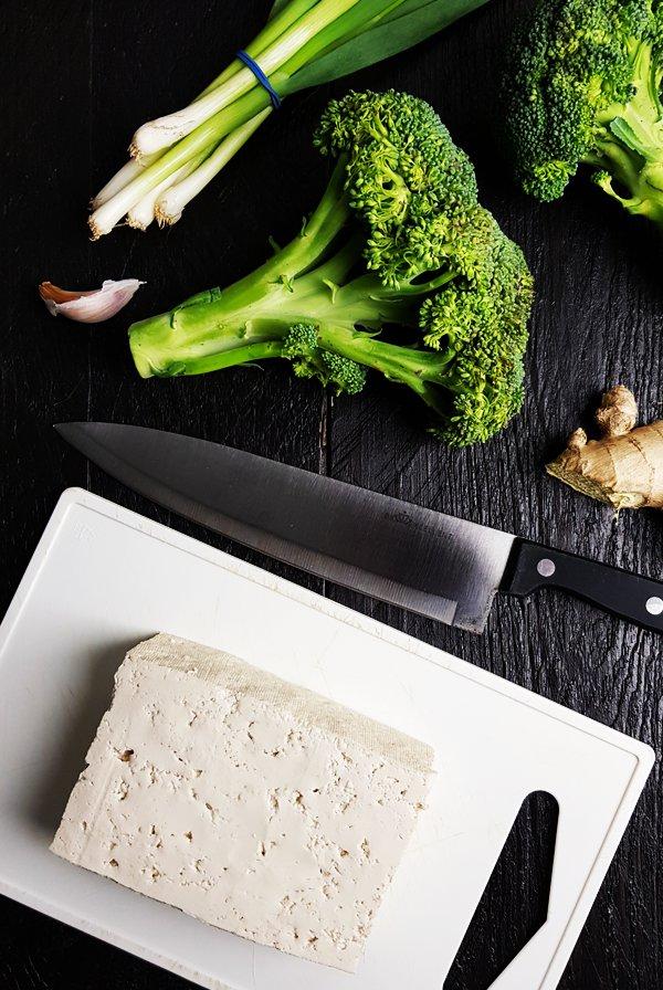 Tofu roerbak met broccoli, bamboescheuten en miso | Gewooneenfoodblog.nl
