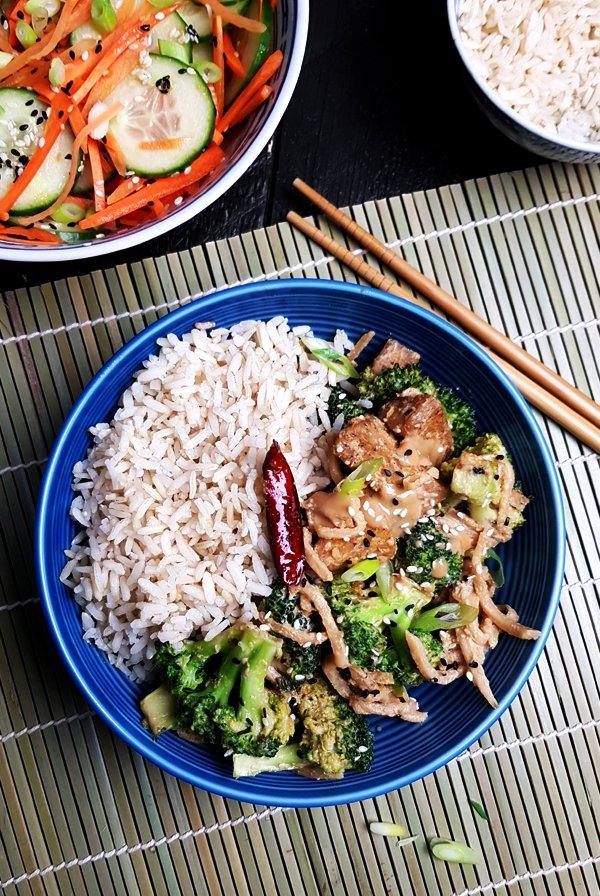 Roerbakschotel met tofu, broccoli en sesam-misosaus | Gewoon een foodblog!