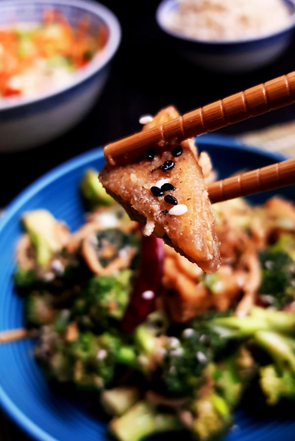 Roerbakschotel met tofu en broccoli | Gewooneenfoodblog.nl