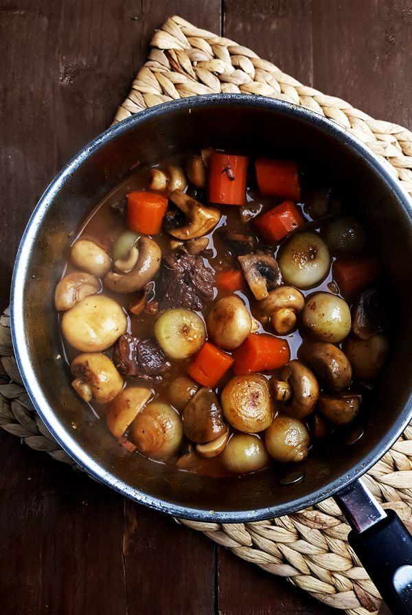 Rundvlees stoofpot met wortels, sjalotjes en champignons | Gewooneenfoodblog.nl