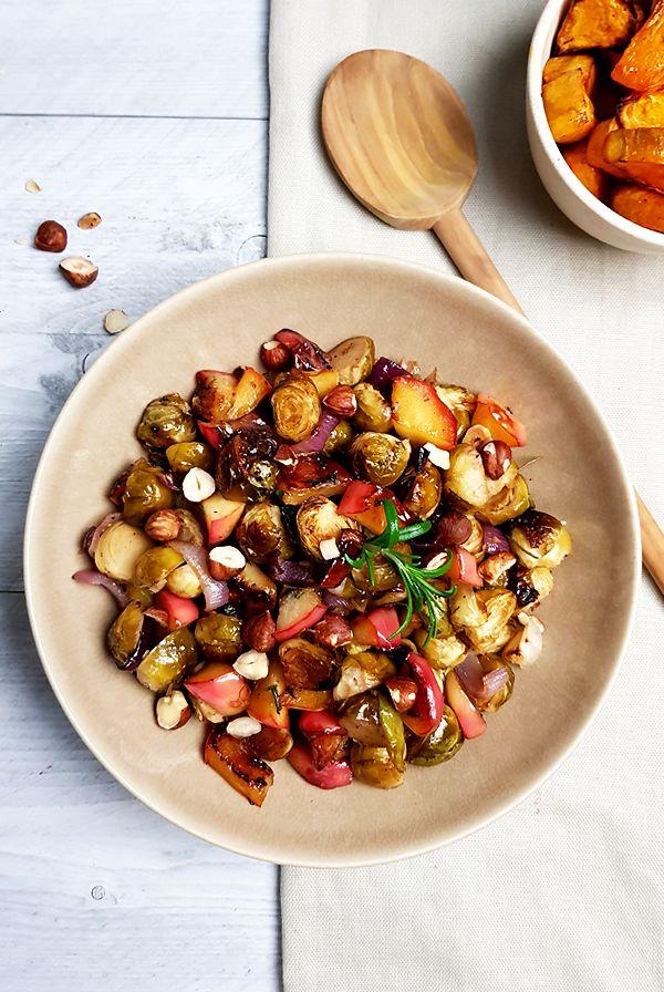 Geroosterde spruitjes met rode ui, ahornsiroop en appel | Gewooneenfoodblog.nl
