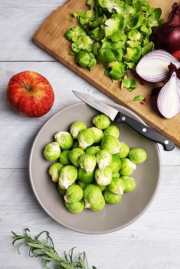 Geroosterde spruitjes met rode ui, ahornsiroop en appel ingrediënten | Gewooneenfoodblog.nl