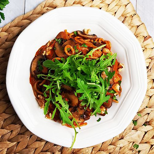 Pasta met geroosterde paprikasaus, balsamico-champignons en rucola | Gewooneenfoodblog.nl