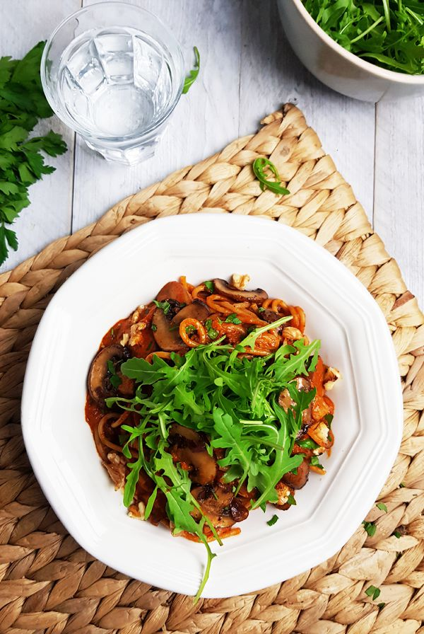 Pasta met geroosterde paprikasaus en balsamico-champignons | Gewooneenfoodblog.nl