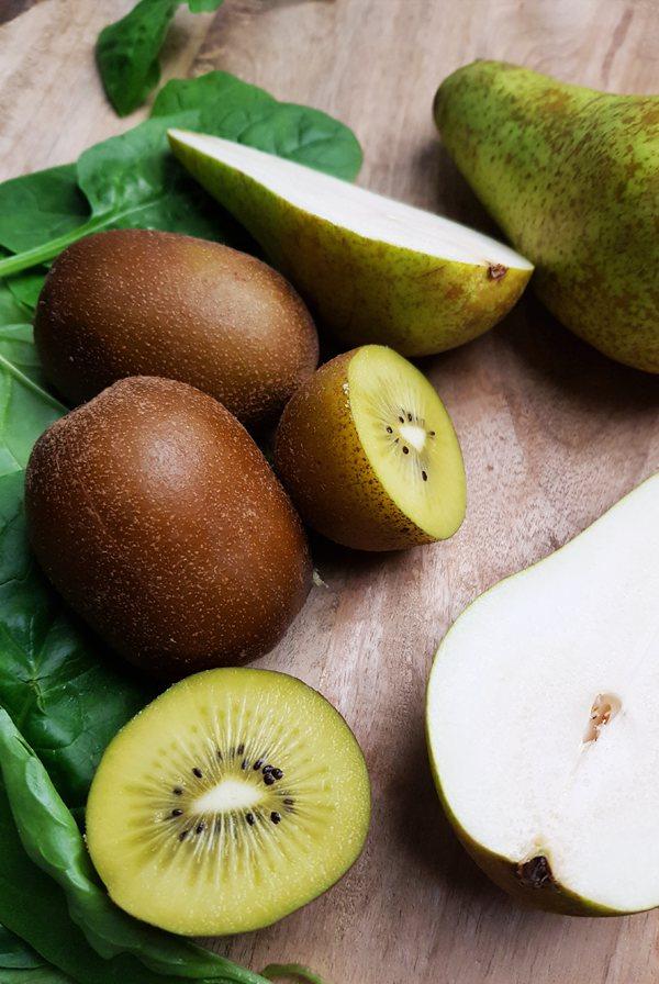 Smoothie met peer, kiwi, komkommer en spinazie | Gewooneenfoodblog.nl