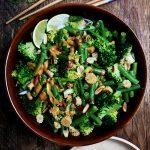 Sperziebonensalade met broccoli en Thaise pindadressing
