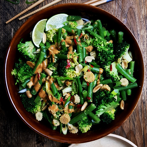 Thaise sperziebonensalade met broccoli en pindadressing | Gewooneenfoodblog.nl