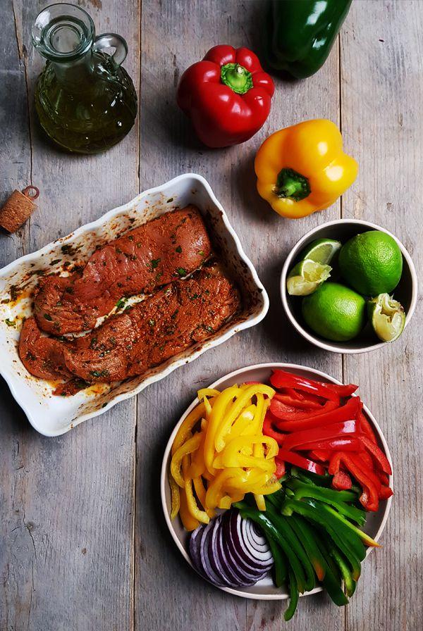 Gesneden paprika voor varkenshaas fajita's | Gewooneenfoodblog.nl
