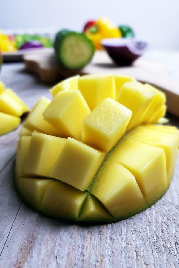 Mango-komkommersalsa maken voor de varkensfajita's | Gewooneenfoodblog.nl