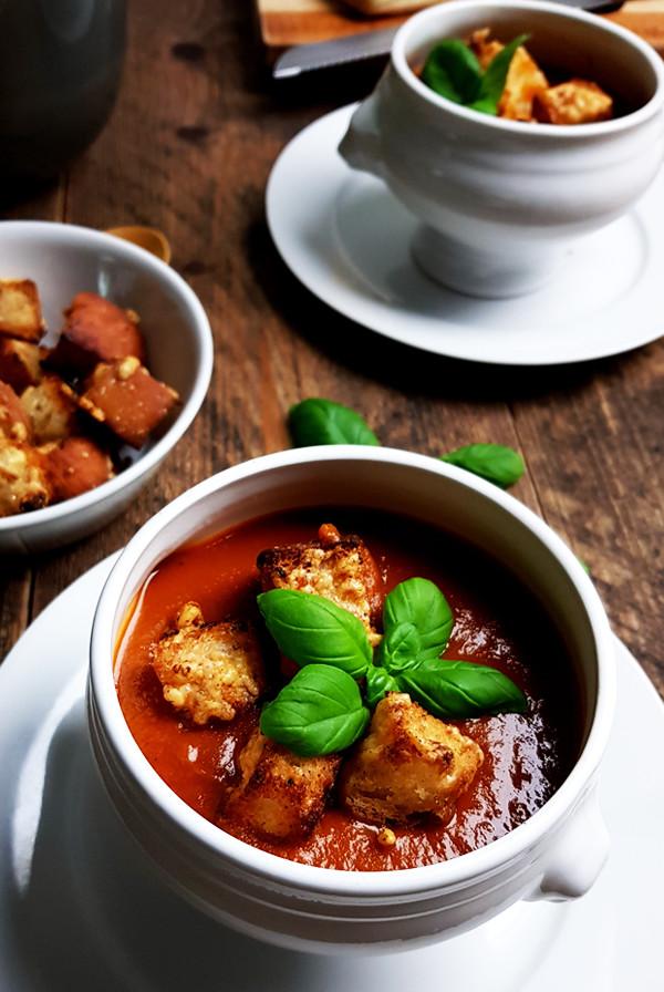 Soep van geroosterde tomaten met basilicum en croutons recept | Gewooneenfoodblog.nl