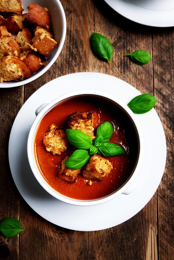 Geroosterde-tomatensoep met basilicum en kaascroutons | Gewoon een foodblog!