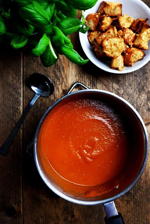Soep van geroosterde tomaten met basilicum en croutons | Gewooneenfoodblog.nl