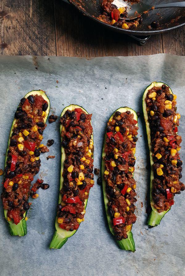 Mexicaanse courgette bootjes met vegetarische vulling | Gewooneenfoodblog.nl