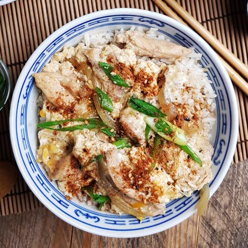 Japanse Oyakodon (Een kom rijst met kip en ei)