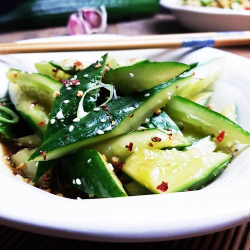 Chinese gekneusde komkommers met knoflook en sesamolie
